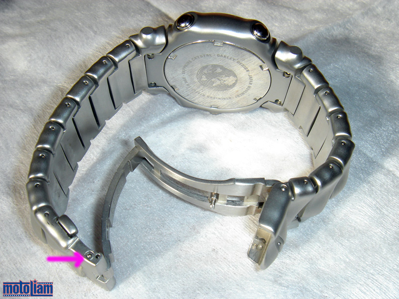 who makes oakley watches k9rm  The clasp mechanism is a two stage affair, with an overbuilt push-button  and fold-over clasp, secured again with a clip I say overbuilt because  every piece